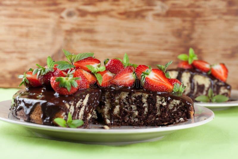 Мраморный торт с поливой и клубниками шоколада стоковое изображение rf