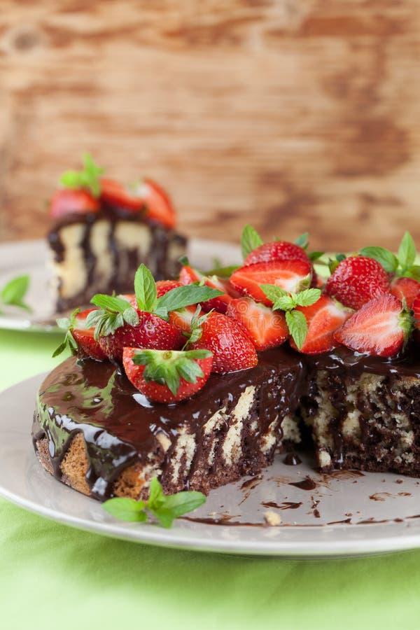 Мраморный торт с поливой и клубниками шоколада стоковая фотография rf