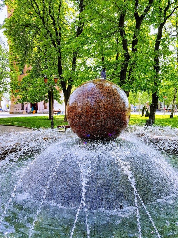 Мраморный фонтан на центральной площади города Vinnytsya, Украины стоковые фотографии rf