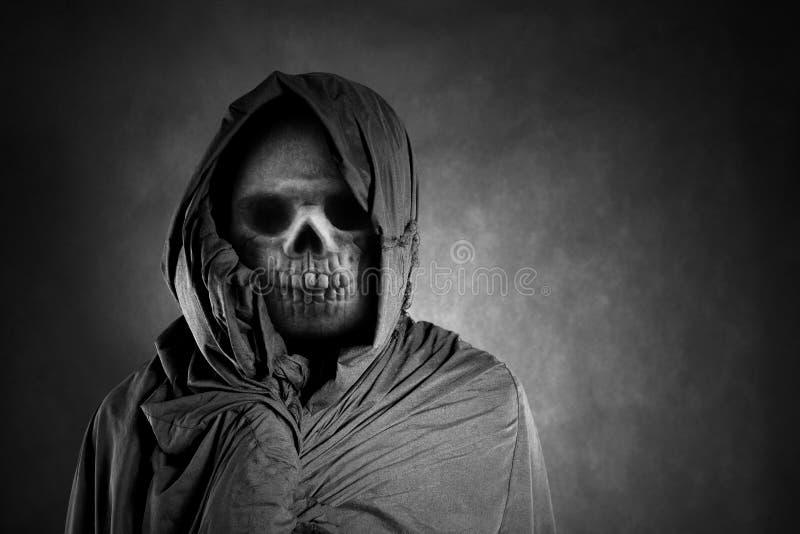 Мрачный жнец в темноте стоковая фотография