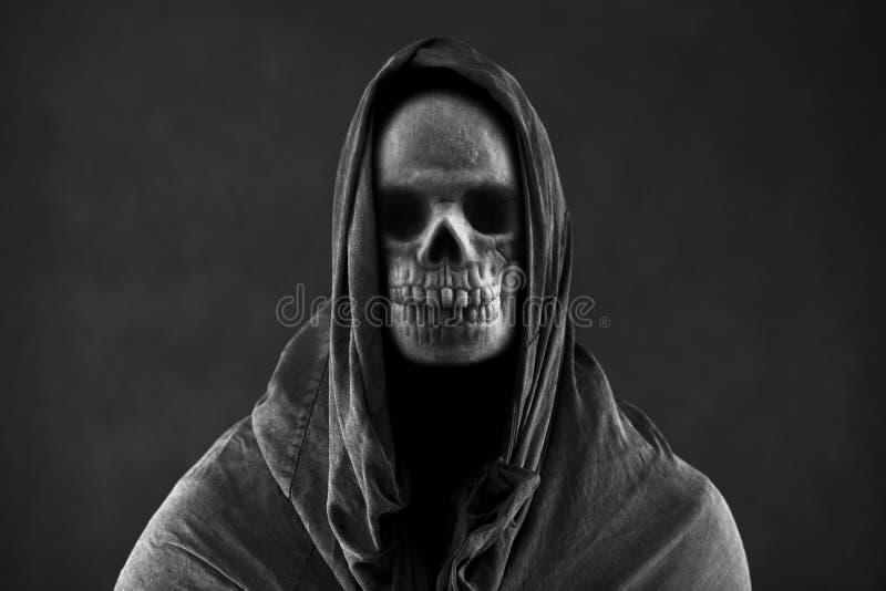 Мрачный жнец в темноте стоковые изображения rf