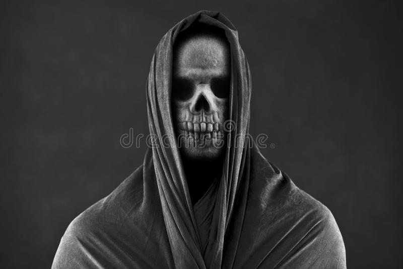 Мрачный жнец в темноте стоковое изображение rf