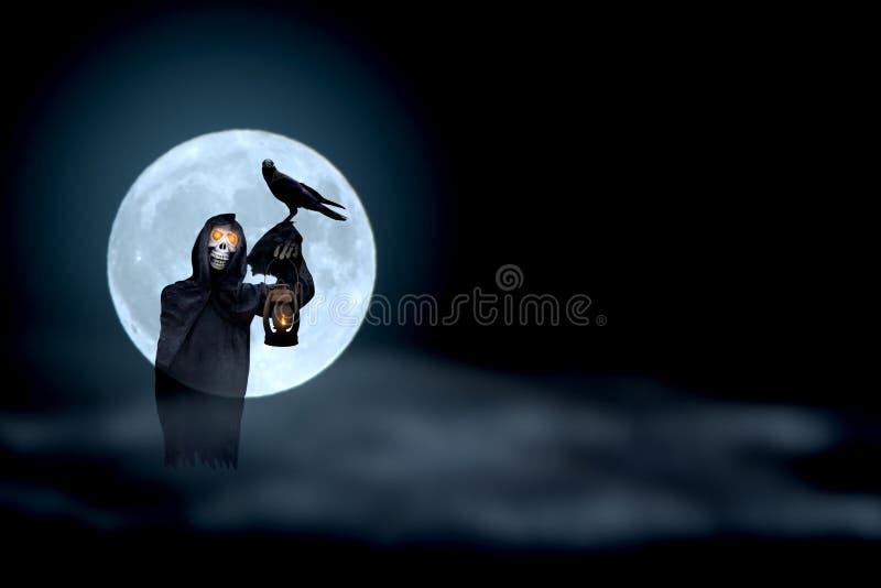 Мрачный жнец и ворона с супер предпосылкой нерезкости луны, днем хеллоуина, марионеткой призрака иллюстрация штока