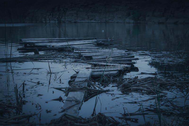 Мрачный мост Хмурая предпосылка моста стоковое изображение