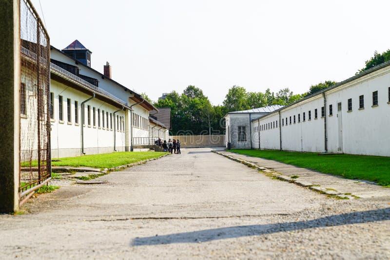 Мрачный смотря двор между блоками ячеек концентрации Ca Dachau стоковое изображение