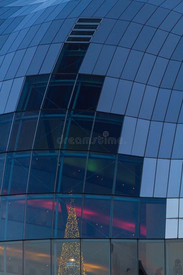 Мудрый экстерьер концертного зала Gateshead с загоренным рождеством стоковые изображения