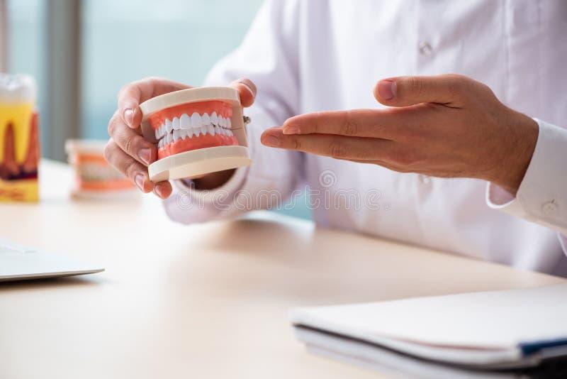 Мужская деятельность stomatologist доктора в клинике стоковые изображения