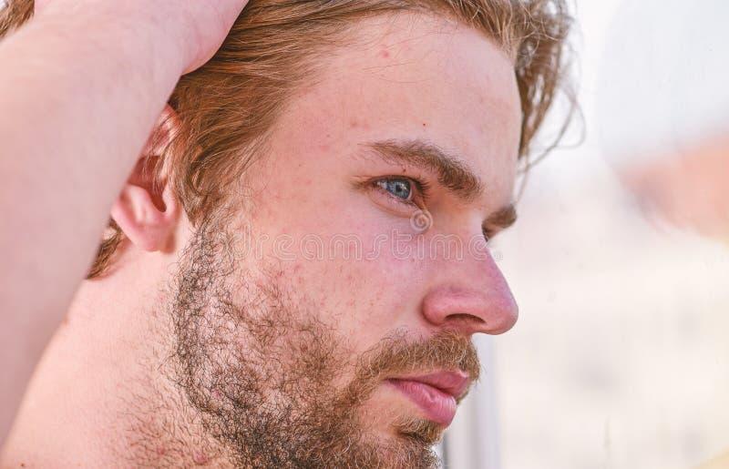 Мужская забота привлекательного возникновения о красоте Необходимый режим красоты практик Забота и холить кожи E стоковая фотография rf