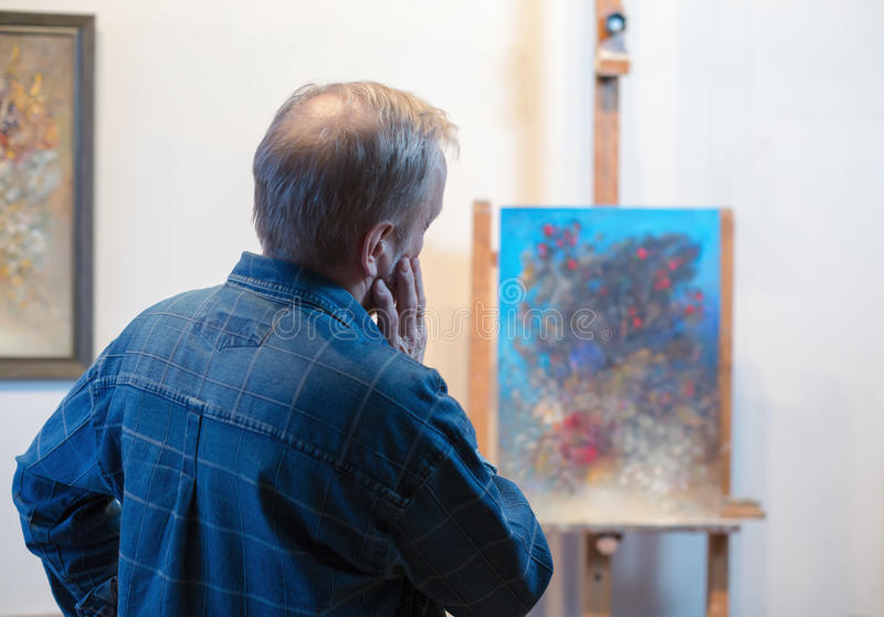 Мужская картина художника в его студии стоковая фотография rf