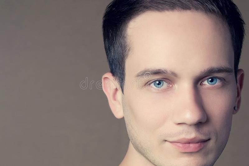 Мужская концепция красоты Портрет красивой молодой модели стоковые фотографии rf