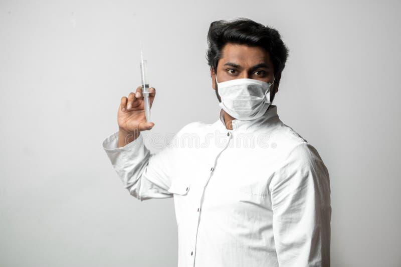 Мужская медсестра идет дать впрыску стоковые фото