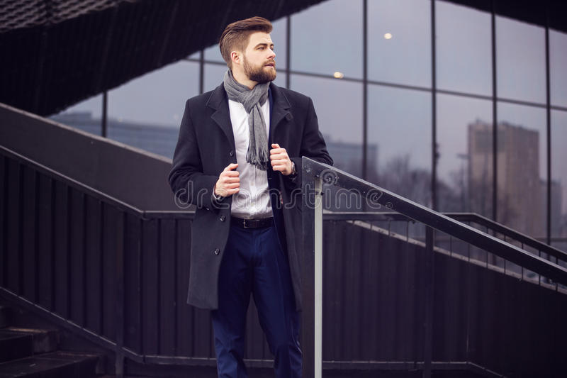 Мужская модель представляя самым новым людям моду стоковое изображение