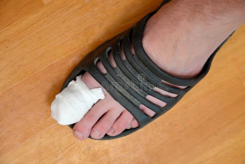 Мужская нога со связанным-вверх большим пальцем руки стоковое фото