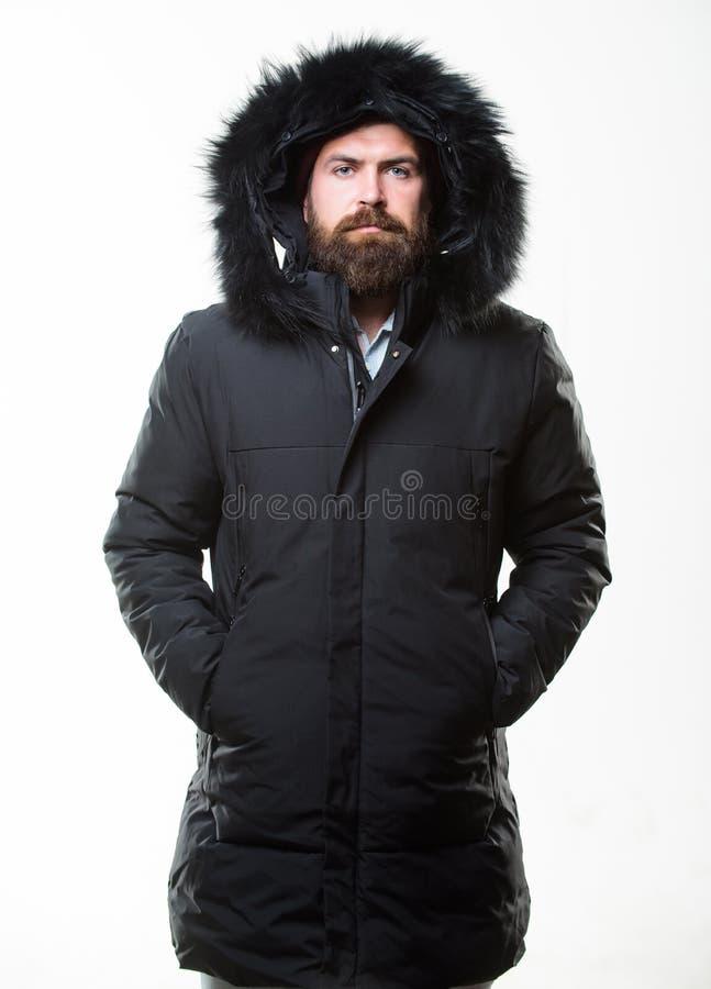 Мужская одежда зимы стильное Обмундирование зимы Parka куртки бородатой стойки человека теплый изолированный на белой предпосылке стоковое фото rf