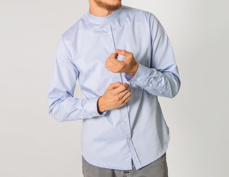 Мужская одежда на белой рубашке на фоне стоковая фотография