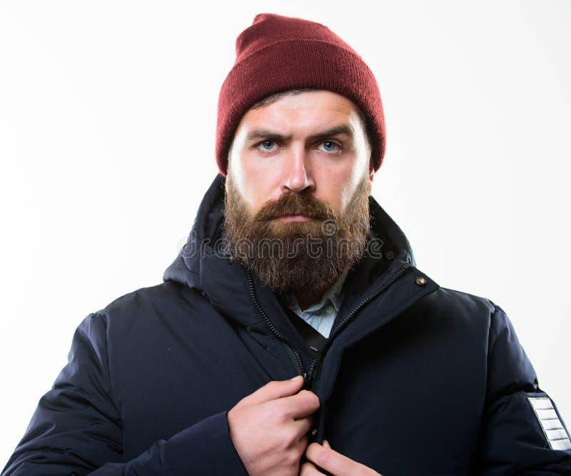 Мужская одежда стиля хипстера Обмундирование битника Стойка хипстера человека бородатая в теплом черном parka куртки изолированно стоковое фото
