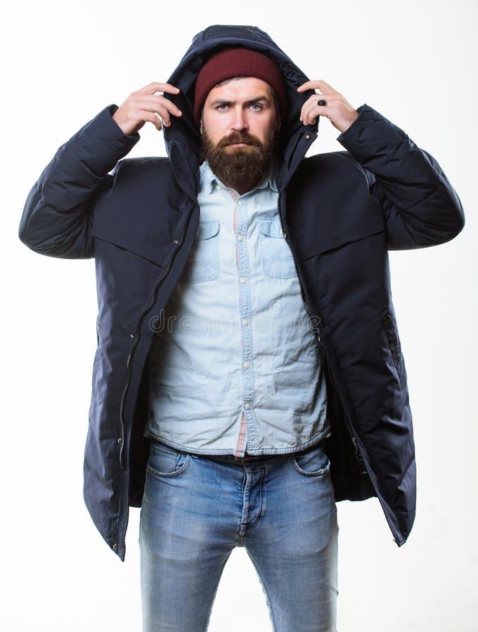 Мужская одежда стиля хипстера Обмундирование битника Стойка хипстера человека бородатая в теплом черном parka куртки изолированно стоковое изображение rf