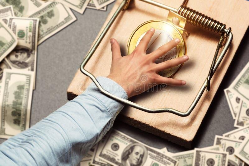 Мужская рука выбирая золотую монетку стоковое фото rf