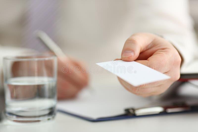 Мужская рука в костюме дает пустую телефонную карточку посетителю стоковое изображение rf