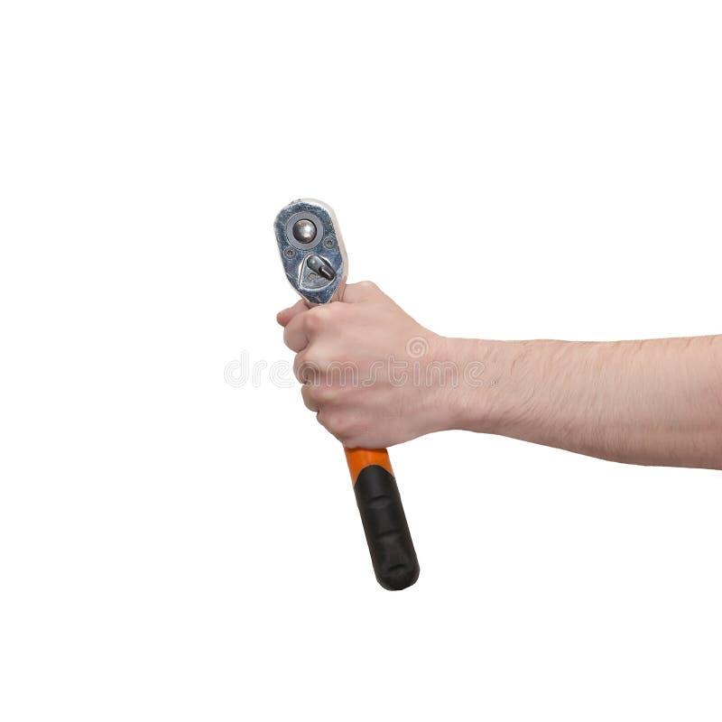 Мужская рука держа ключ храповика изолированный на белизне Инструмент гаечного ключа владением руки механика в руке стоковые изображения rf