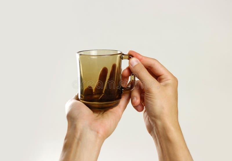 картинка пустой стакан в руке петербурге избирателям