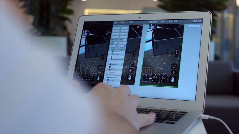 Мужская рука держит мышь компьютера шток Человек за ноутбуком начиная модель дома Дизайн моделей 3D стоковое фото