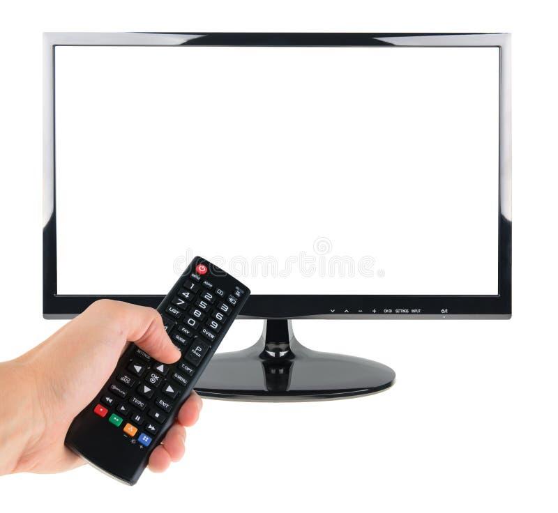 Мужская рука держа дистанционное управление к экрану ТВ изолированному на белизне стоковое фото rf