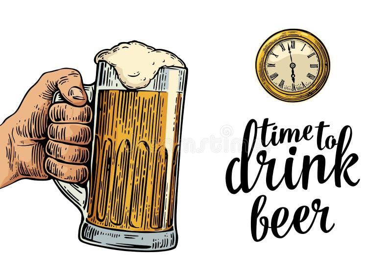 Мужская рука держа стеклянное пиво и античный карманный вахту иллюстрация штока