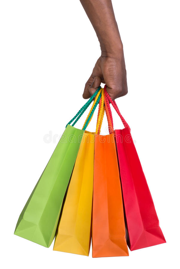 Мужская рука держа хозяйственные сумки стоковые изображения