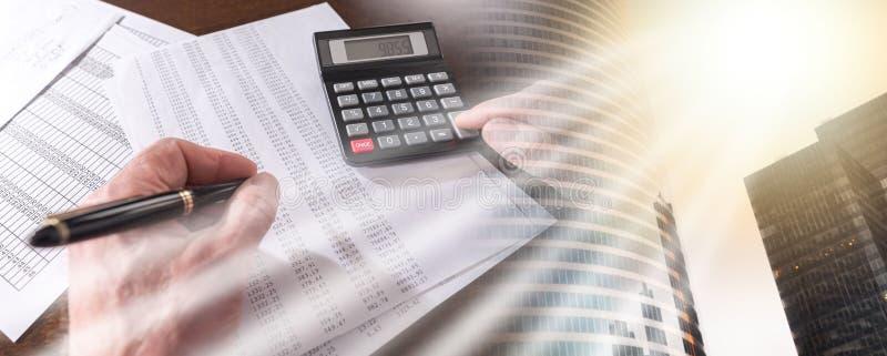 Мужская рука используя калькулятор; множественная выдержка стоковое изображение