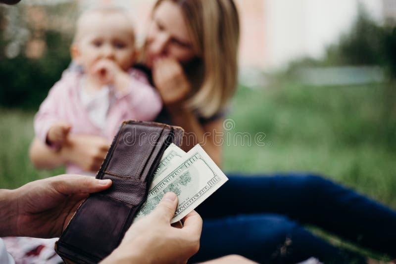 Мужская рука с бумажником и счетами доллара США стоковое фото rf