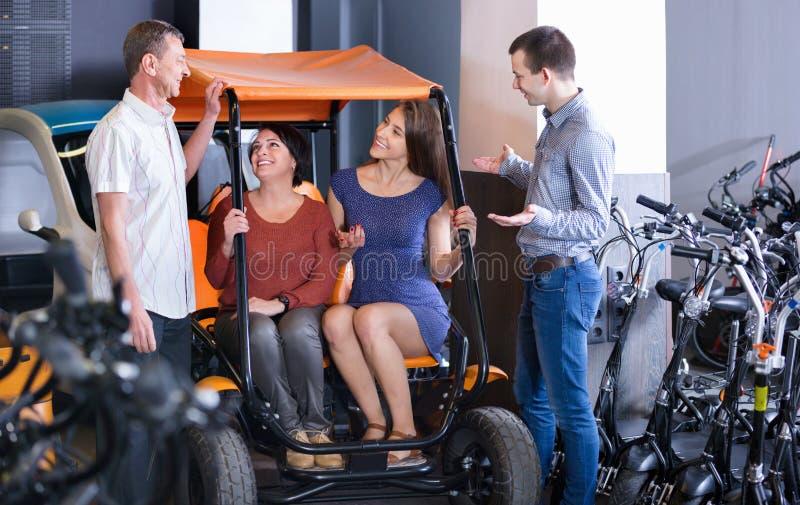 Мужская семья порции работника для того чтобы выбрать электрооборудование путешествия стоковое изображение