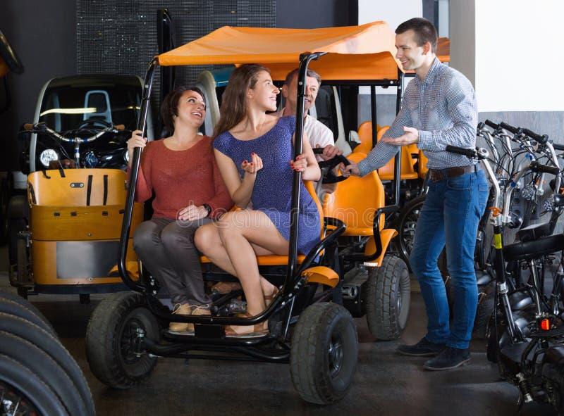 Мужская семья порции работника для того чтобы выбрать электрооборудование путешествия стоковая фотография rf