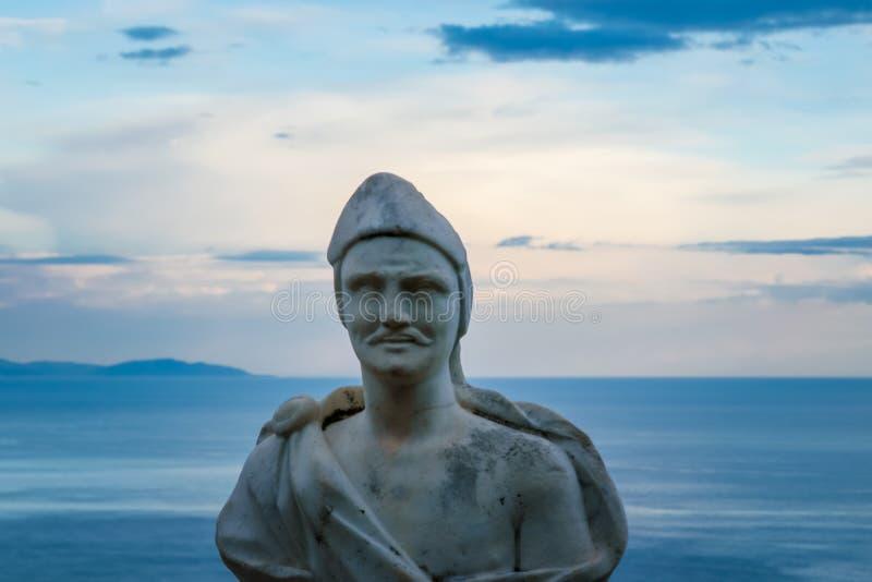 """Мужская статуя от бельведера, infinito так называемого Dell Terrazza """", терраса безграничности увиденная на заходе солнца, вилле  стоковые фотографии rf"""