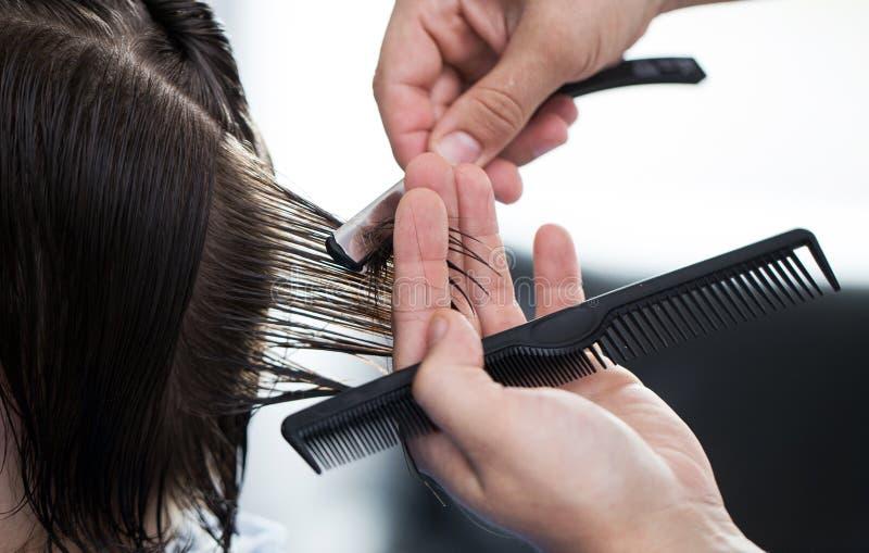 Мужская стрижка бритвы человеком парикмахера стоковые изображения