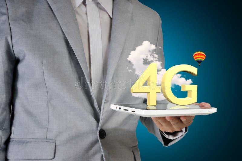 Мужская таблетка экрана касания владением руки представляя технологию 4G стоковое изображение rf