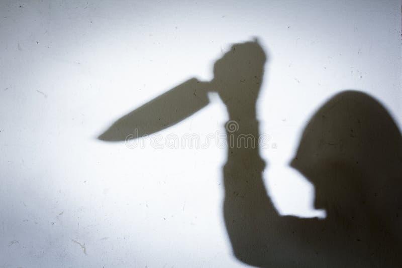 Мужская тень руки с кухонным ножом стоковое изображение rf