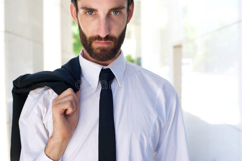 Мужская фотомодель стоя outdoors с рубашкой и связью стоковое фото