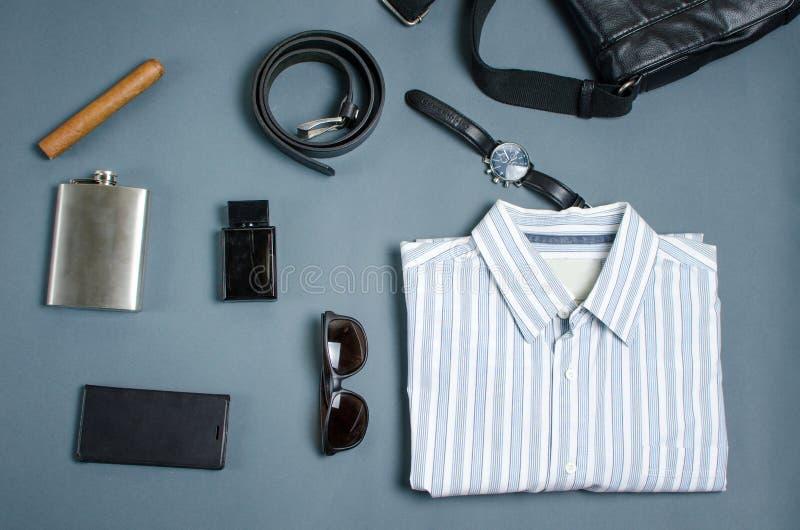Мужские аксессуары моды на голубой предпосылке стоковые фотографии rf