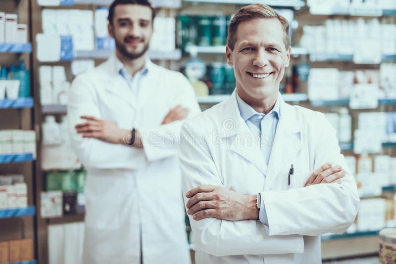 Мужские аптекари представляя в фармации стоковое изображение
