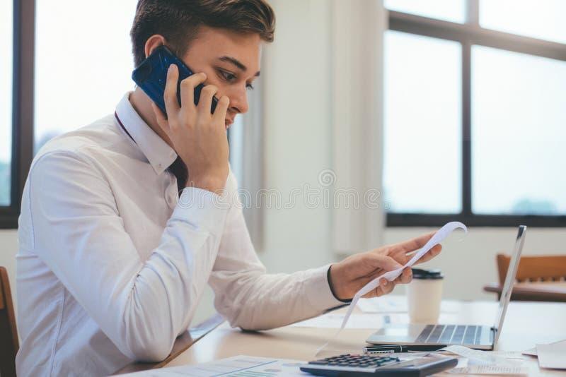 Мужские бухгалтер или банкир высчитывают счет наличных денег стоковое фото