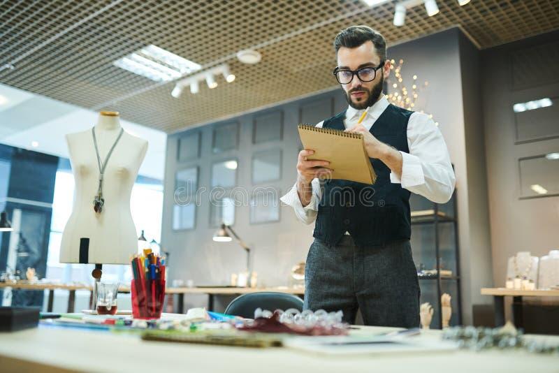 Мужские дизайнерские создаваясь ювелирные изделия стоковые фотографии rf