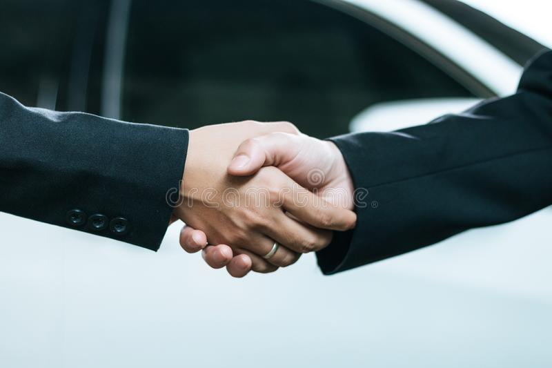 Мужские и женские бизнесмены тряся руки стоковые изображения rf