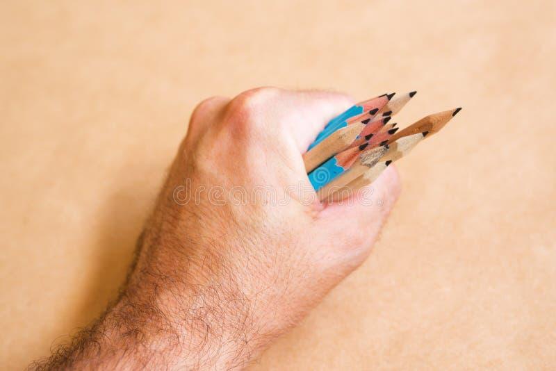 Мужские иллюстратор и художник эскиза с пригорошней карандашей стоковое фото rf