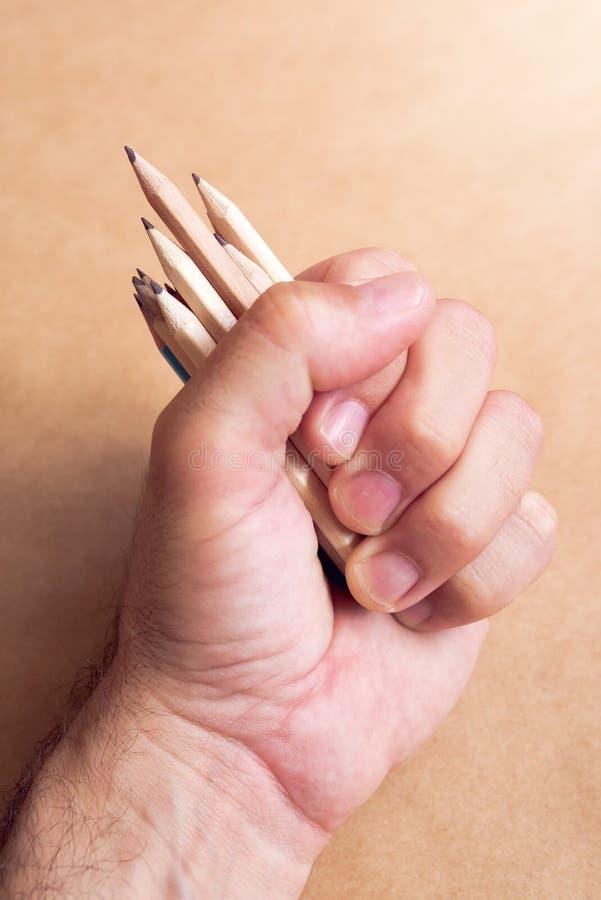 Мужские иллюстратор и художник эскиза с пригорошней карандашей стоковые фото