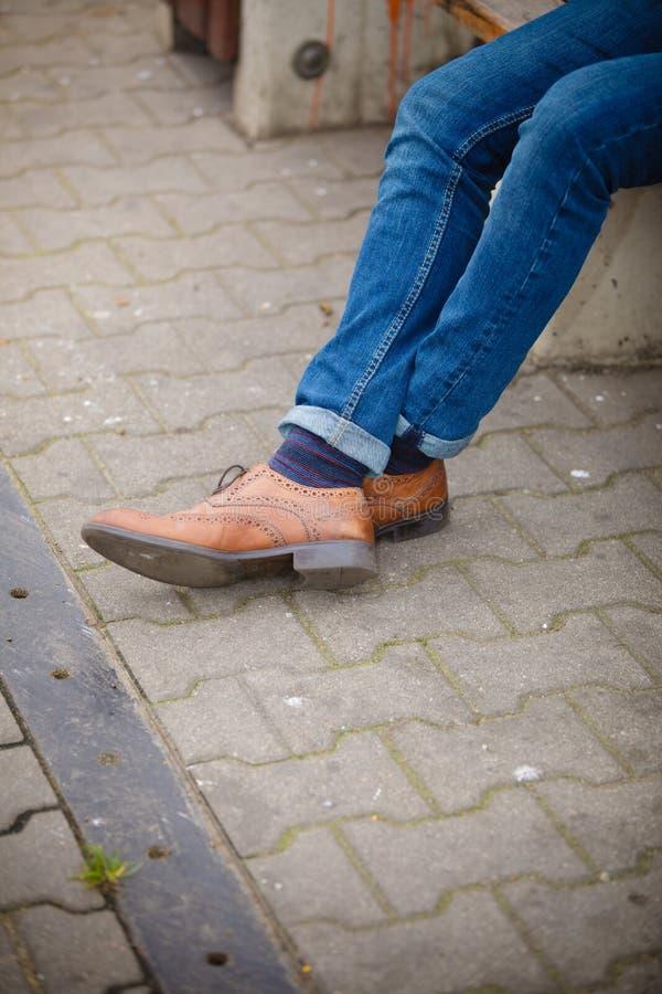 Мужские ноги в джинсах и ботинках стоковые фото