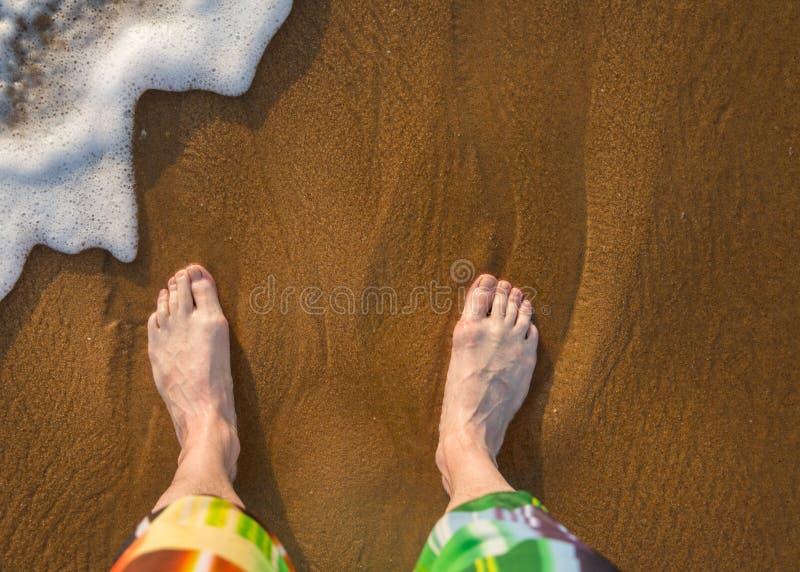 Мужские ноги на песке стоковая фотография rf