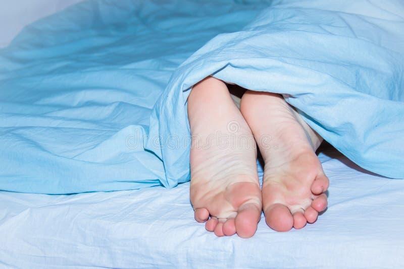 картинки вытащил ногу из под одеяла режиссеров кино телевидения