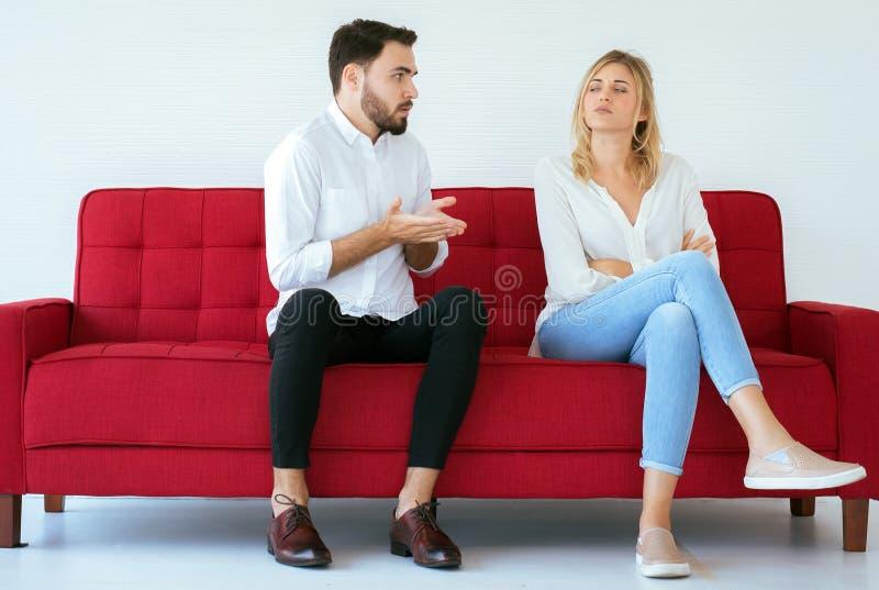 Мужские объяснять или ссора с женским конфликтом и буря парами дома, отрицательные эмоции, вопросы семьи стоковая фотография rf