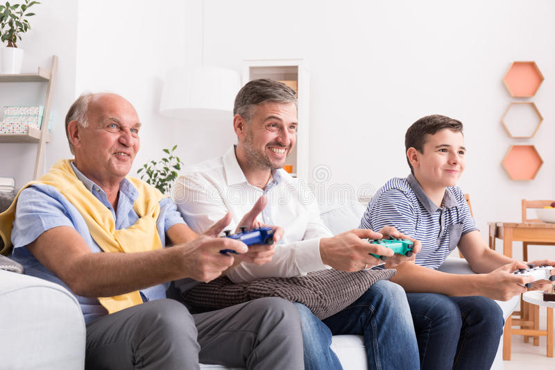 Мужские поколения играя игру совместно стоковые изображения rf
